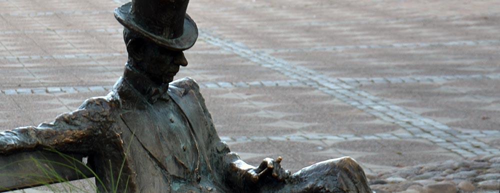 KG Bejemarks staty av Nils Ferlin på Stora torget i Filipstad. Foto: Bengt Oberger. CC