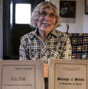 Karin Johansson menar att den dialekt som Teodor Hultgren skriver på är typisk för Asby Udde. Foto: Peter Nyberg.