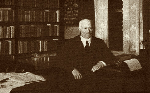 Teodor Hultgren i sitt arbetsrum i Göteborg. Foto: Biblioteket i Ydre.