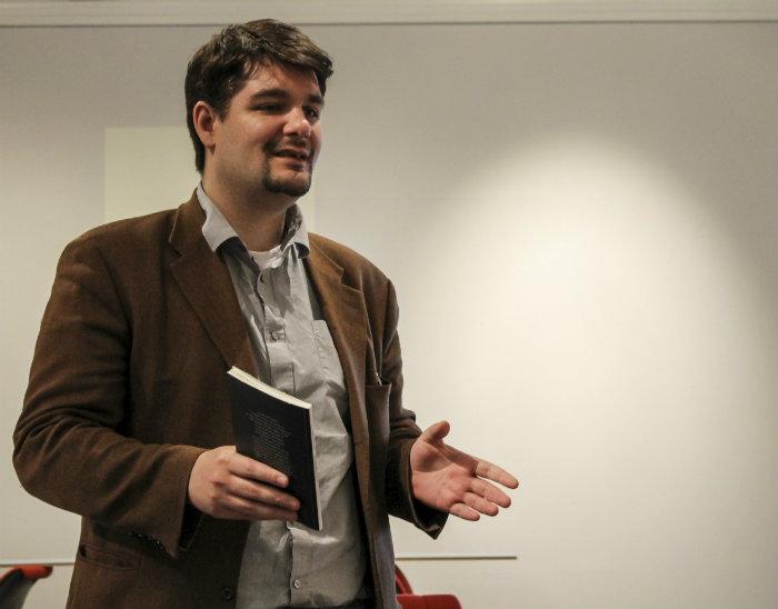 Poeten Mohamed Omar läste långdikten Klosettpalatset ur sin diktbok Skymning öfver Upsala.