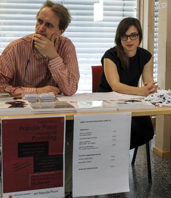 Peter Björkman och Johanna Bengtsson ägnar sig åt Populär Poesis kortdiktstävling innan programmets början.