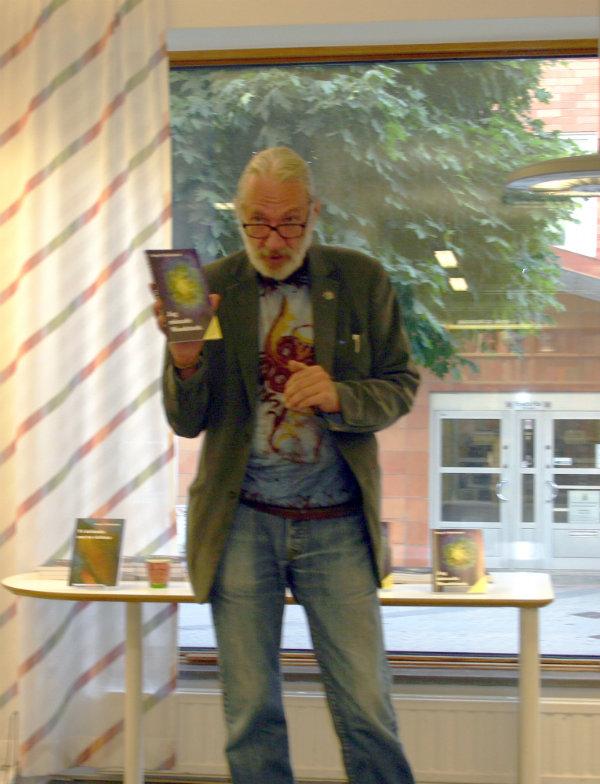 Bengt O. Björklund på biblioteket i Bagarmossen.