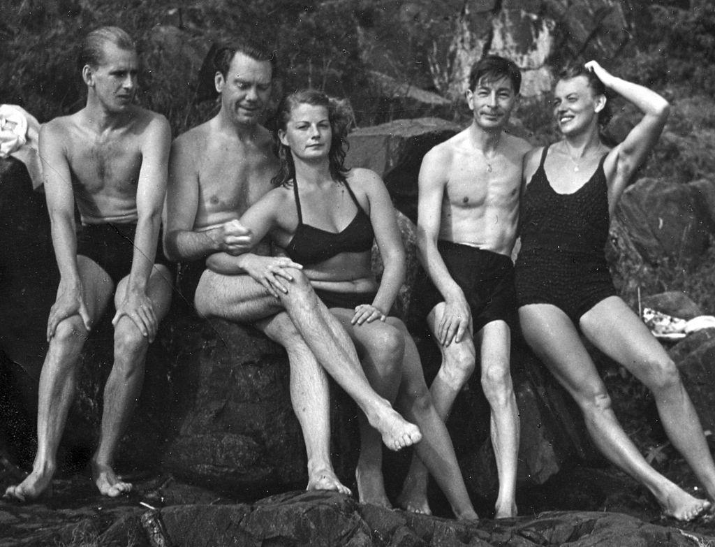 Arthur Lundqvist och Maria Wine 1947 (2 och 3 från vänster) Foto: Bonniersförlagens arkiv