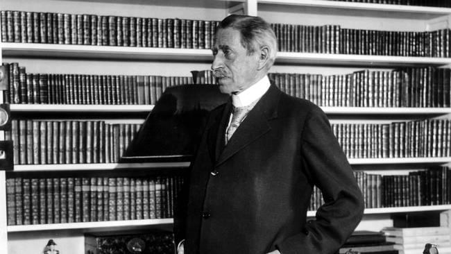 Verner von Heidenstam i biblioteket på Övralid. Foto TT
