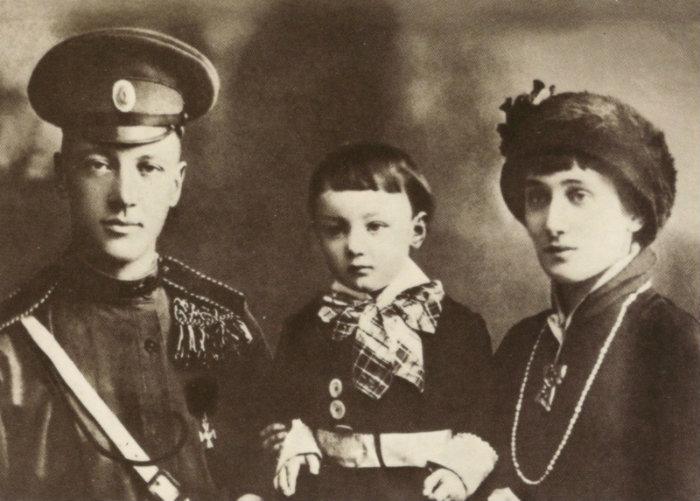 Nikolaj Gumiljov, Anna Achmatova och sonen Lev 1913. Okänd fotograf.