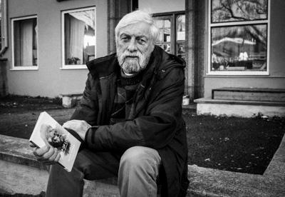 Jackie Hayden med sin bok om Dylan Thomas. Foto: Peter Nyberg