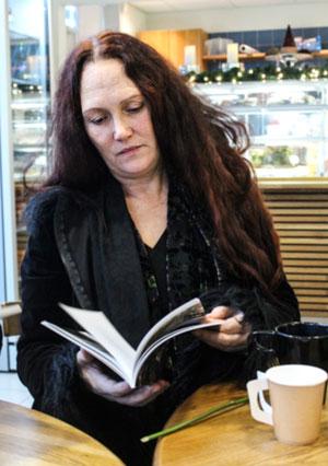 Anett Duran har bara skickat in dikter till tävlingen Krispiga kaskader men vann direkt en plats i vinnarantologin. Foto: Peter Nyberg.