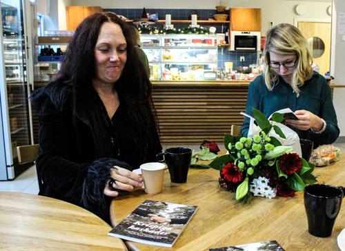 Anett Duran och Elvira Lindroth bläddrar i vinnarantologin och dricker kaffe. Foto: Peter Nyberg,