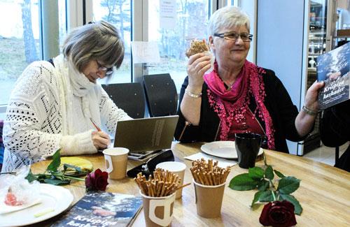 Christina Hölzer och Signhild Hortberg skrev autografer och minglade efter prisutdelningen. Foto: Peter Nyberg,