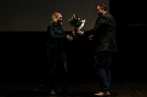 Elvira Linderoth vann andrapris i Krispiga kaskader och prisades av Peter Nyberg med en blomsterkvast. Foto Elsa Bergdahl.