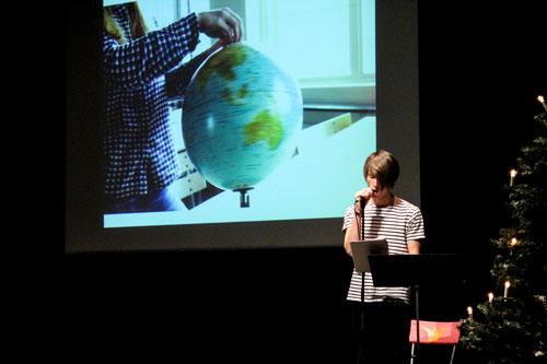 Esteteleven Johan Ingemarsson läser. Foto: Elsa Bergdahl.