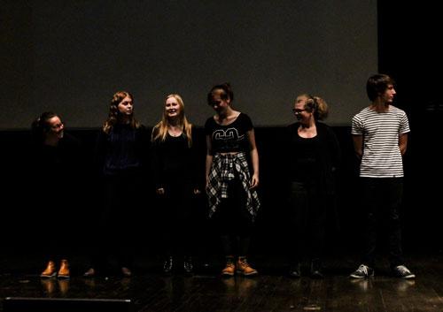 Esteteleverna på Holavedsgymnasiet läste alla vinnardikter i tävlingen under prisceremonin. Foto: Elsa Bergdahl.