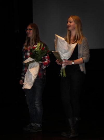 Holavedsgymnasiets andrapristagaren Hedvid Weibull och förstapristagaren Hilda Gustafsson fick blommor och bok under prisceremonin. Foto: Elsa Bergdahl.