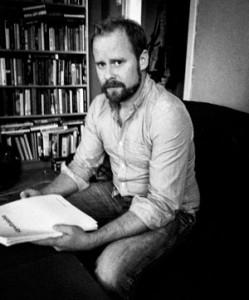 Niklas Lindberg med manuset som mynnade ut i en skiva.