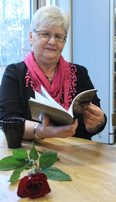"""Signhild """"Skrivarmoster"""" Hortberg bläddrar i vinnarantologin. Foto: Peter Nyberg,"""