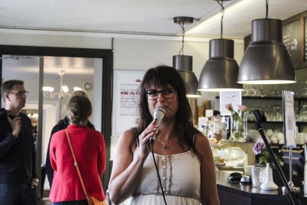 Camilla Linusson läste sin flirtiga poesi på MOAs. Foto: Peter Nyberg.