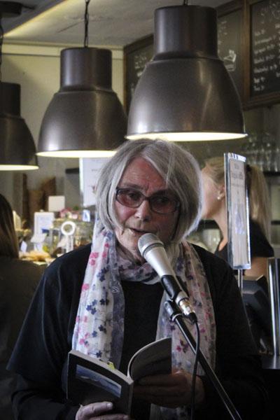 Gerd Vading hade kommit från Östhammar för att delta i After Work-poesin. Foto: Peter Nyberg.
