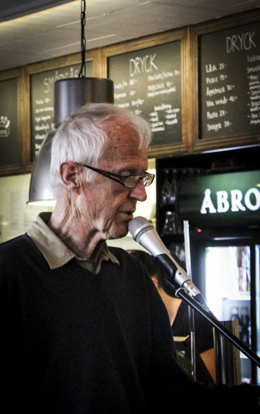 Göran Strömqvist läste med sedvanlig säkerhet dikter om kartonger och berg. Foto: Peter Nyberg.