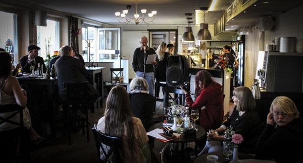 Den relativt stora publiken på MOAs lyssnar på Göran Strömqvist. Foto: Peter Nyberg.