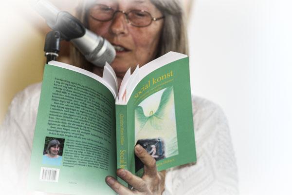 Christina Hölzer läste ur Social konst. Foto: Åsa Nyberg.