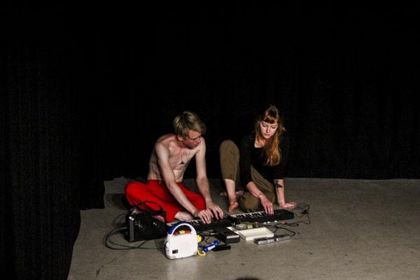 It´s okey, keep digging, heter Kristian Tangvik och Anna Kirs dansföreställning om kärleken som ett detektivarbete. Foto: Peter Nyberg.