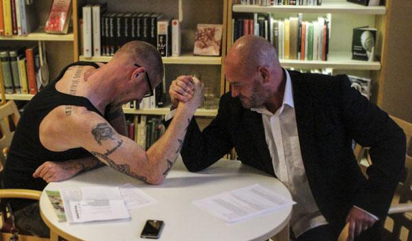 Jonas Bengt Svensson och Dominic Williams inledde genom att bryta arm för att sedan prata om fotboll. Foto: Peter Nyberg.
