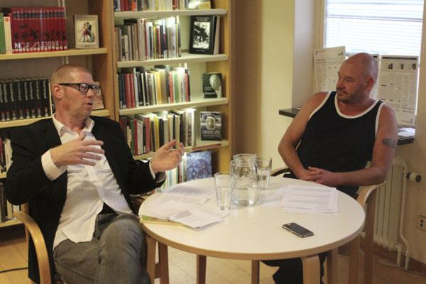 Jonas Bengt Svensson läste dikter och berättade om sitt intresse för fotboll tillsammans med Dominic Williams, en helt nybliven fotbollsfantast. Foto: Peter Nyberg.