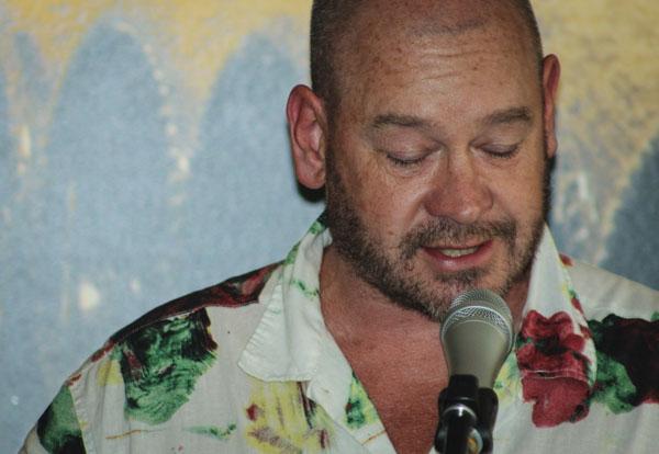 Dominic Williams brukar sällan läsa sina dikter utan MCa evenemang men fick under lördagspoesin chansen att framföra de egna verken. Foto: Åsa Nyberg.