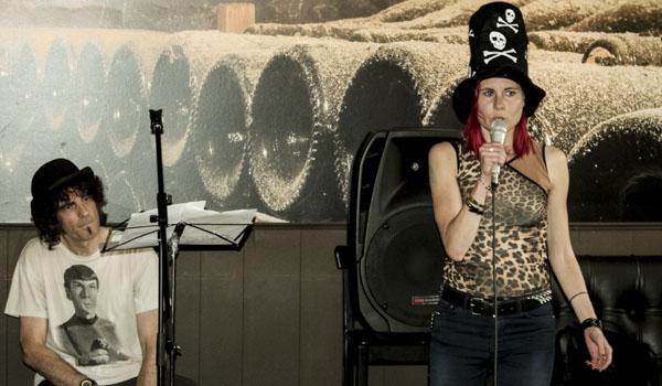 Henke & Louise inledde Lördagspoesin med en tjugo minuter lång poesishow. Foto: Åsa Nyberg