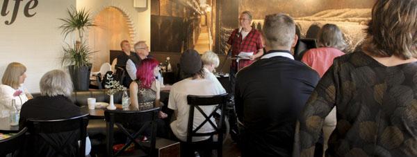 Månghövdad publik när Janne Holmbom läste sin poesi på MOAs. Foto: Åsa Nyberg
