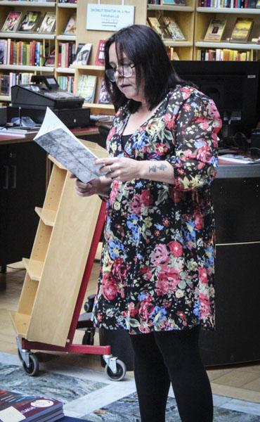 Cecilia Persson läste ur sin nyligen utgivna Självmotsägelser. Foto: Peter Nyberg.