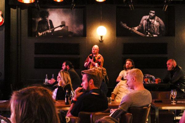 Ikonerna och publiken på Plan B. Foto: Peter Nyberg.