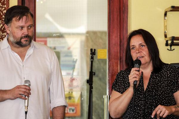 Poeterna Peter Nyberg och Cecilia Persson pratade om poesins roll och hur de skrivit sina böcker under releasefesten. Foto: Åsa Nyberg