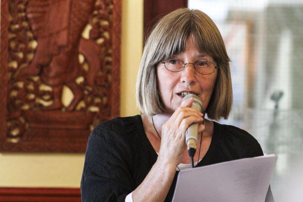 Christina Hölzer läser under Pilsnerpoesiaftonen. Foto: Åsa Nyberg.