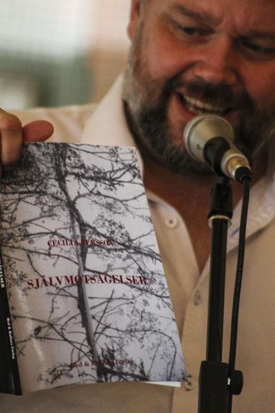 Peter Nyberg läser ur Cecilia Perssons Självmotsägelser. Foto: Åsa Nyberg.