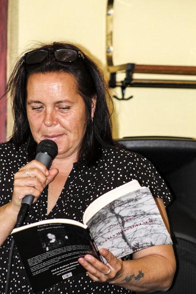Cecilia Persson läser ur Självmotsägelser. Foto: Åsa Nyberg.