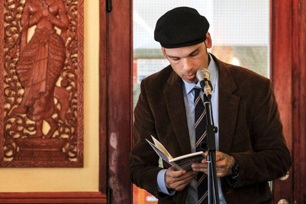 Den sympatiska poeten Joakim Becker läser ur Peter Nybergs Palliativ vård. Foto: Åsa Nyberg.