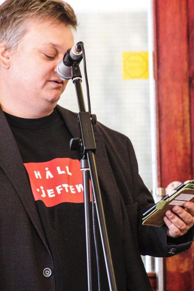 Förlagsmannen och poeten Magnus Grehn läser en dikt. Foto: Åsa Nyberg.