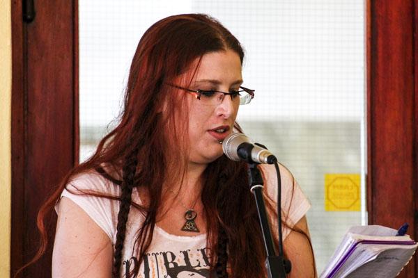 Linda Bergkvist Aspring läser en av sina dikter. Foto: Åsa Nyberg.