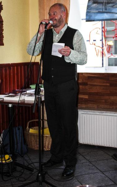 Dominic Williams ledde Pilsnerpoesin efter boksläppen, som vanligt med en osviklig optimism och känsla för poesi trots att han inte förstår svenska. Foto: Åsa Nyberg.