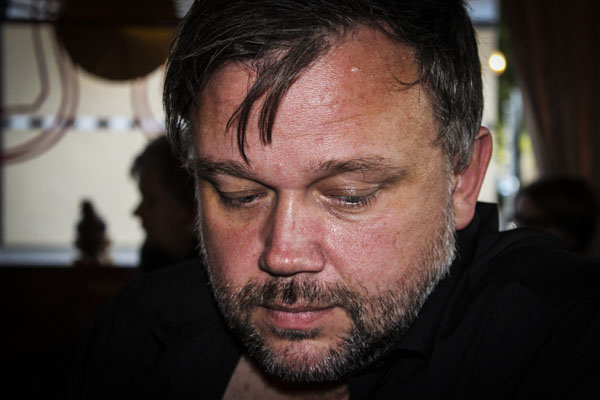 Peter Nyberg lyssnande. Foto: Åsa Nyberg.