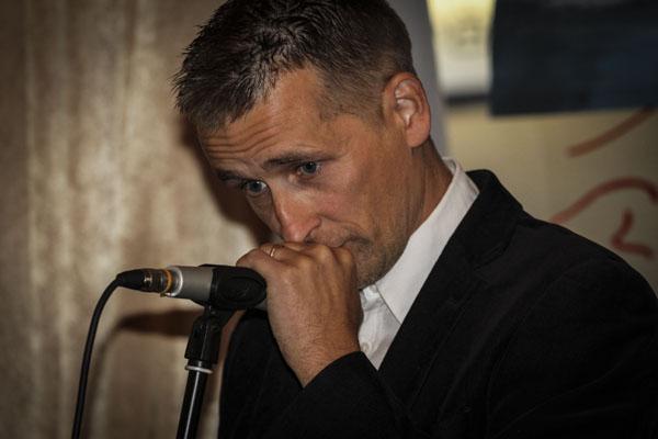 Lars Iselid läser grovdikt. Foto: Åsa Nyberg.