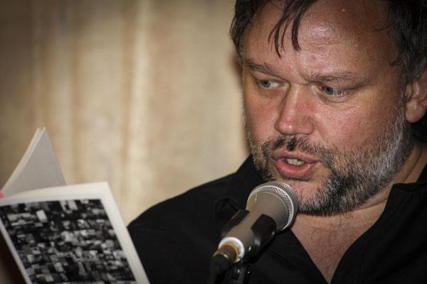 Peter Nyberg läste sin favorit ur Joakim Beckers nysläppta bok och Joakims favoritdikt ur sin egen. Foto: Åsa Nyberg.