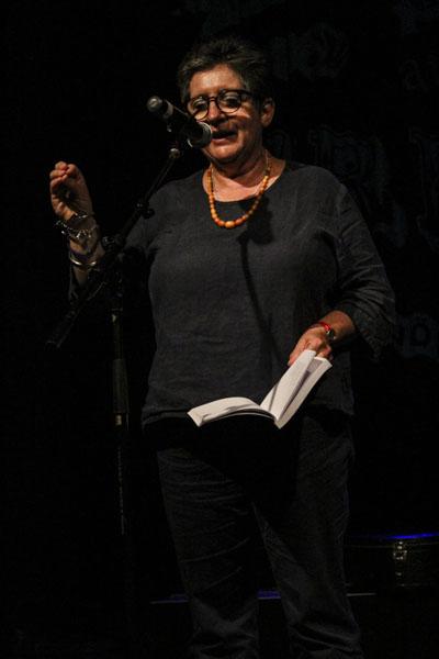 Poeten Mel Perry från Wales läser sina dikter om hemnaturen. Foto: Peter Nyberg.