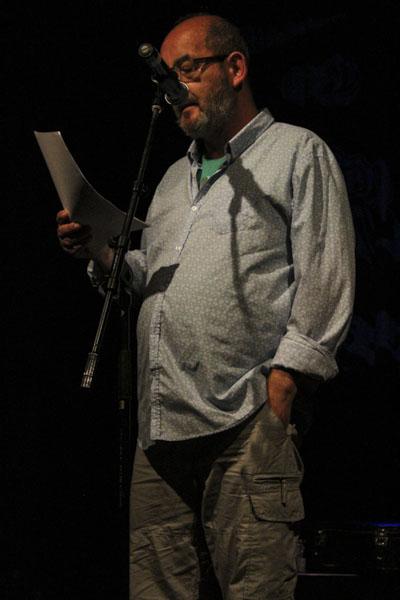 Chris Ozzard läser mångbottnad dikt som på ytan kan tyckas enkel. Foto: Peter Nyberg.