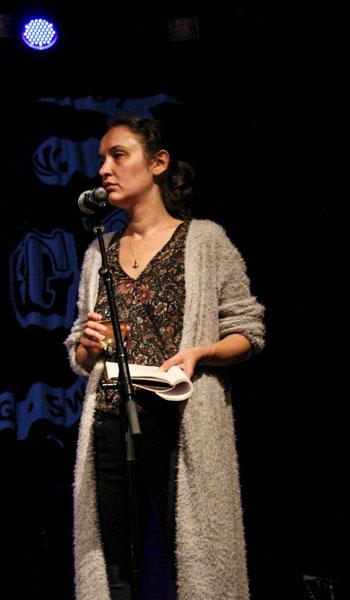 Sine Ergün läste text på turkiska och engelska.