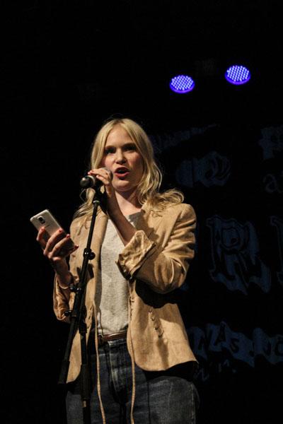 Anna Axfors läste en lång dikt på familjescenen Plan B. Foto: Peter Nyberg.