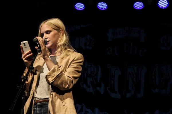Anna Axfors läser en lång flödande dikt för ett nästan fullsatt Plan B. Foto: Peter Nyberg.