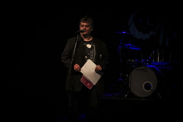 Magnus Grehn ledde den andra poesiaftonen under Tranås at the fringe. Foto: Peter Nyberg.