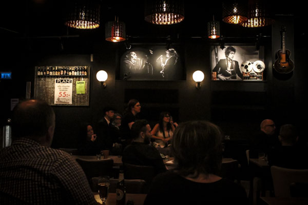 Många hade kommit för att lyssna på poesi under överseende av de klassiska rockgudarna på Plan B. Foto: Peter Nyberg.